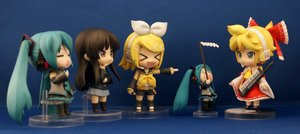 Rating: Safe Score: 0 Tags: akiyama_mio aqua_hair black_hair blonde_hair chibi crossover figure gohei hakurei_reimu hatsune_miku kagamine_len kagamine_rin k-on! photo twintails vocaloid User: (automatic)Anonymous